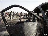 US and Iraqi soldiers at site of a car bomb in Baghdad 23.03.08