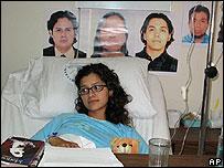 Lucia Moret, mexicana herida en el ataque. En la pared, fotos de los cuatro mexicanos que se ha confirmado que murieron.