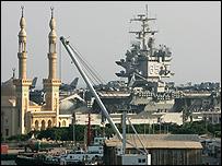 صورة من الارشيف لحاملة طائرات أمريكية وهي تعبر قناة السويس