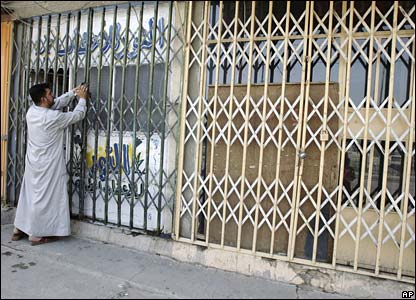 A man locks his shop in an act of civil disobedience in the Shia stronghold of Sadr City in Baghdad, Iraq (25/03/08)