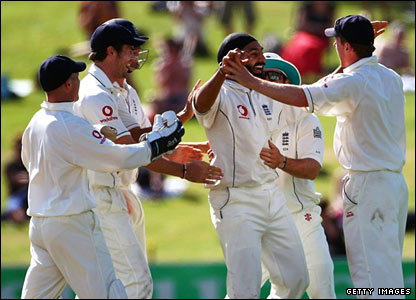 England celebrate as Monty Panesar takes Brendon McCullum's wicket