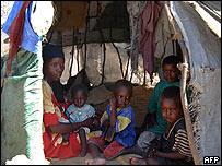 Una mujer somal� y su familia se resguardan del sol campamento de refugiados internos de la ONU en las afueras de Mogadiscio