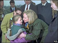 Hillary Clinton a su llegada a Bosnia en 1996