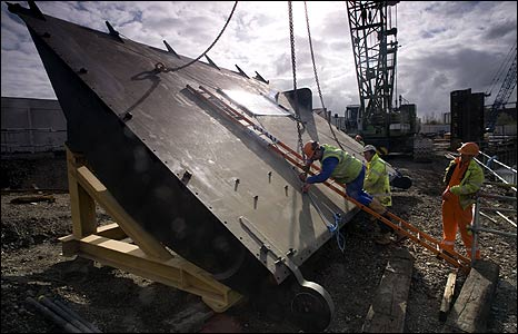 Fish belly sluice gate being delivered to the site (British Waterways)