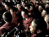 Monks talk to journalists at Lhasa's Jokhang temple - 27/03/2008