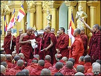 Buddhist monks address a crowd at Shwedagon pagoda 23 September 2007