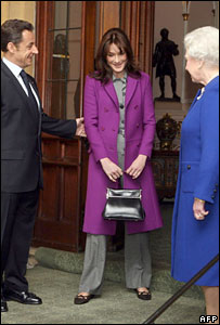 French President Nicolas Sarkozy and his wife Carla Bruni-Sarkozy bid farewell to Britain's Queen Elizabeth II in Windsor