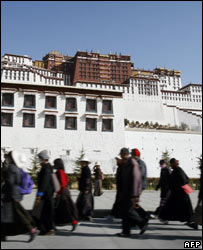 Tibetans in front of Potala Palace, 28/03
