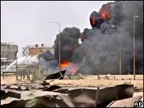Incendio en oleoducto tras ataque en Basra.