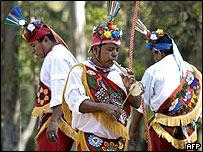 Indígenas de la tribu Totonaca tocan instrumentos indígenas durante una celebración.