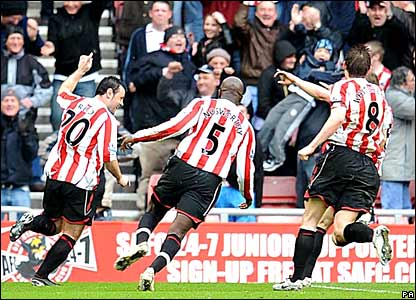 Sunderland players celebrate Andy Reid's goal