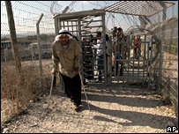 Palestinians go through the Hawara checkpoint in the West Bank (7 October 2007)