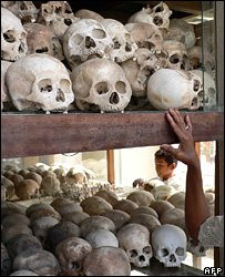 A Cambodian woman touches a shelf containing thousands of skulls at the memorial located at the Choeung Ek killing fields (archive)