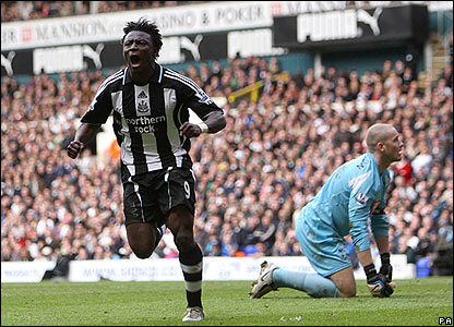 Obafemi Martins celebrates scoring the fourth for Newcastle