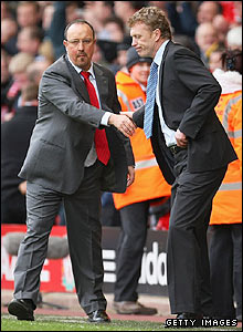 Rafa Benitez shakes hands with Everton boss David Moyes