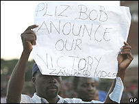 MDC supporter holds message for Robert Mugabe in Harare (30.03.08)