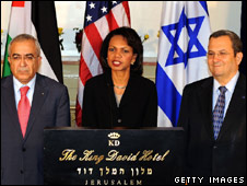 Salam Fayyad (l), Condoleezza Rice (c) and Ehud Barak in Jerusalem (30 March 2008)