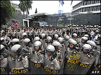 Indonesian police protecting Dutch embassy, 31 Mar 08