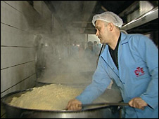 Prisoner working in kitchen, Bayrampasa detention centre, Turkey