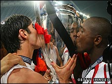 AC Milan's Kaka and Clarence Seedorf kiss the Champions League trophy