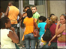 People in Brazil queuing for dengue treatment, March 2008
