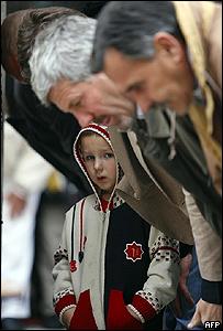 Musulmanes bosnios rezan en una mezquita de Sarajevo.