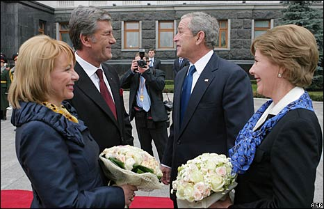 US President George W. Bush and Ukrainian President Viktor Yushchenko and their wives