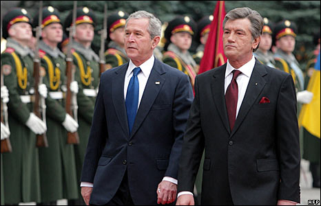 US President George W. Bush and Ukrainian President Viktor Yushchenko inspect honour guard