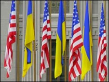 Ukrainian and US flags outside the Presidential Secretariat in Kiev