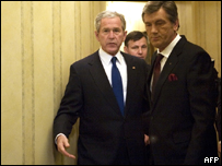 El presidente de EE.UU., George W. Bush junto a su homólogo ucraniano, Viktor Yushchenko