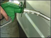 Manguera de combustible en una estación de servicio