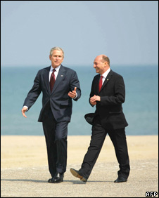 US President George Bush and his Romanian counterpart Traian Basescu walk on the beach in front of the Black Sea on 02 April 2008 following a joint press conference