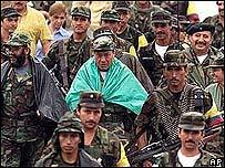 Pedro Antonio Mar�n, conocido como Manuel Marulanda V�lez, con guerrilleros.