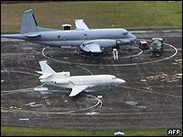 Uno de los aviones (el blanco) que podrían asistir a Ingrid, estacionado en Guayana Francesa