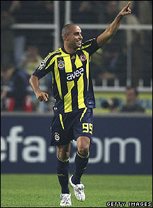 Deivid celebrates scoring the winner for Fenerbahce