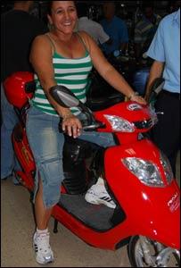 Mónica con su moto nueva (Foto: Raquel Pérez)
