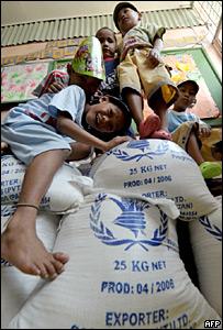 Niños juegan con sacos de comida del Programa Mundial de Alimentos en Manila, Filipinas