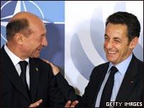 Nicolás Sarkozy (izq.) con el presidente de Rumania, Traian Basescu, en cumbre de la OTAN en Bucarest