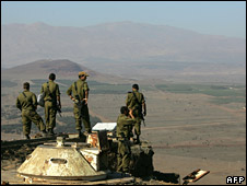 Israeli toops in the Golan observe Syria (archive)