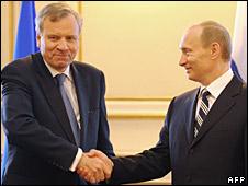 Nato Secretary General Jaap de Hoop Scheffer (l) and Russian President Vladimir Putin in Bucharest, 4 April 2008