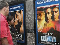 Una pareja mira los carteles de Khuda Kay Liye en Nueva Delhi.