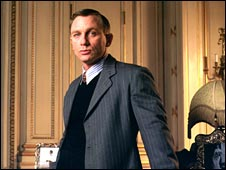 Daniel Craig wears a John Smedley pullover