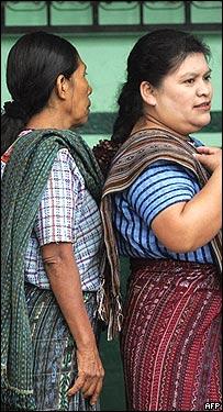 Mujeres aguardan en la fila de votación en las elecciones de septiembre en Guatemala