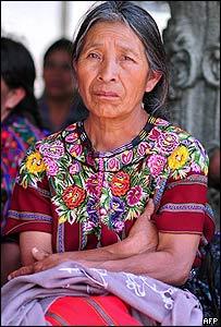 Una mujer durante un tributo frente al Palacio Nacional de la Cultura en Guatemala  en febrero 2008, en tributo a los 200.000 muertos y desaparecidos durante la Guerra Civil