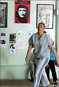Una doctora cubana camina en una clínica oftalmológica de Bolivia