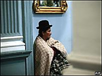 Mujer boliviana sentada en una sala