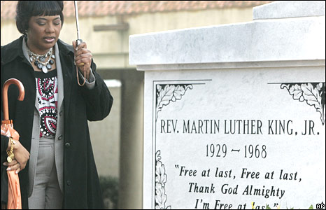 Martin Luther King's daughter prays at his tomb in Atlanta on 4 April 2008