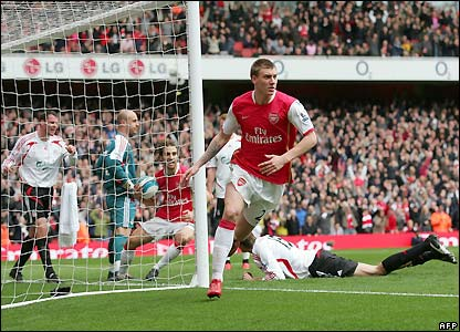 Bendtner celebrates Arsenal's equaliser