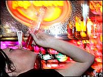 Una muchacha bebe vodka.