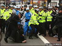 الشرطة تحاول منع المحتجين